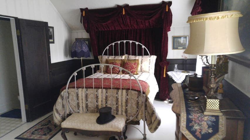 Lord Dunraven Room - The Inn of Glen Haven