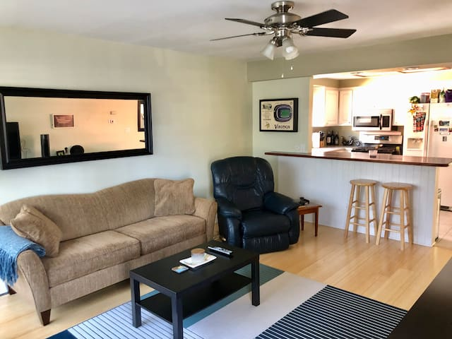 Entire townhome minutes from the Beach!