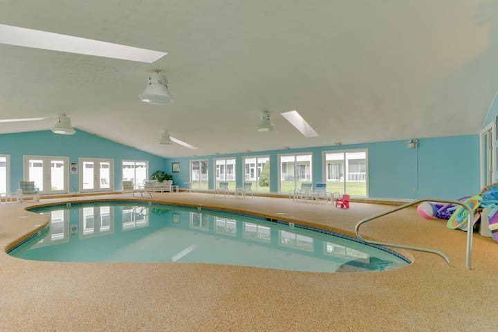 Condo w/porch & seasonal pool/sauna -near beach