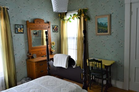 Baker House B&B - Sunflower Room