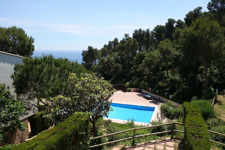 Studio with seaviews and pool in Golfet zone