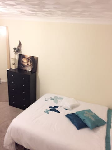 Lovely cosy private room - Bedford - Huis