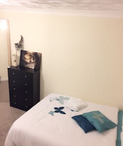 Lovely cosy private room - Bedford - House