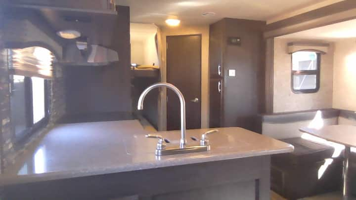 Immaculate RV, 30', 1 Bedroom, 1 Bath, Parking.