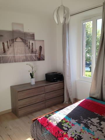 Chambre avec salle d'eau privative dans maison