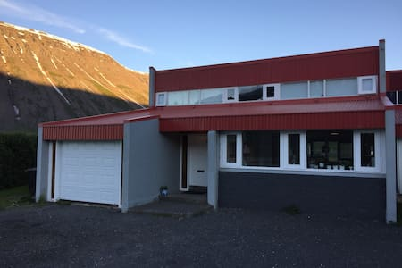 A spacious townhouse in the fjord. - Ísafjörður