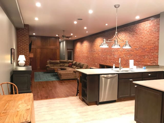 Historic Downtown 1885 Loft with deck and grill