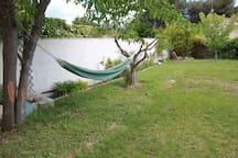 Un coin du jardin avec le hamac