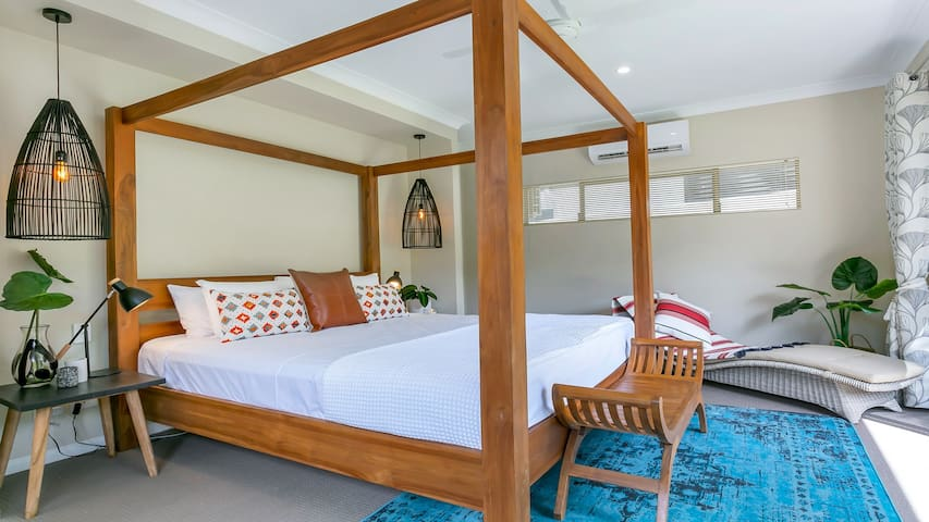 Escapades @ Palm Cove - Beautiful teak king poster bed