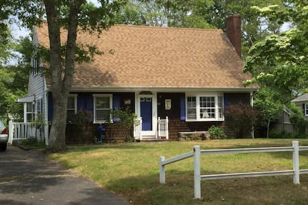 5-10 min walk to Beach. Quiet area - Barnstable - House