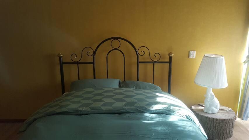 Jungle room: Optional second bedroom.