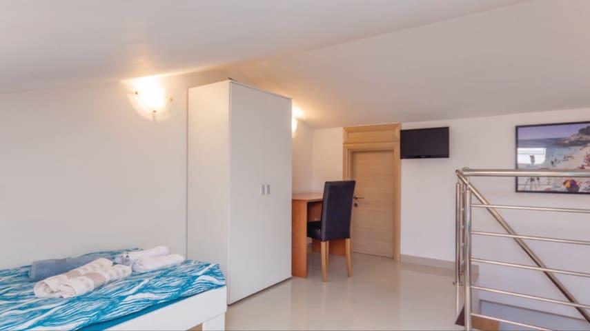 Soba 5 u potkrovlju sa dva ležaja . sadrži klimu , TV  .