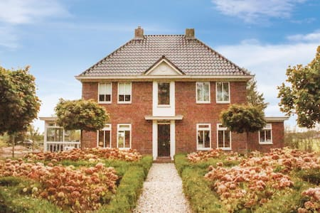 Holiday cottage with 5 bedrooms on 300m² in Drijber