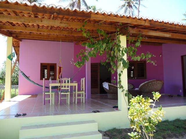 Jolie maison colorée au bord de mer - Icarai De Amontada - Talo