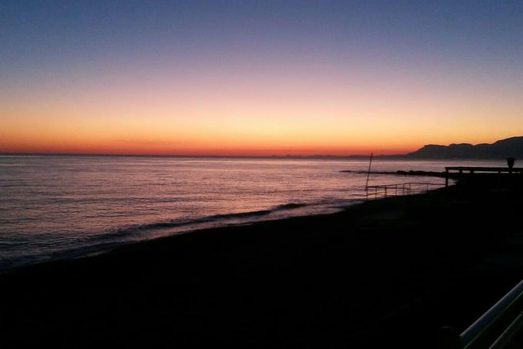 un tramonto visto dalla spiaggia