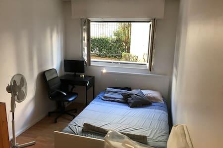 Private room in apartment in Paris