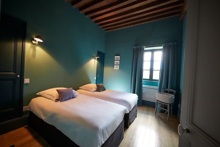 Bedroom with 2 single beds (90 x 200) , closet, old parquet floor, wood beams ceiling