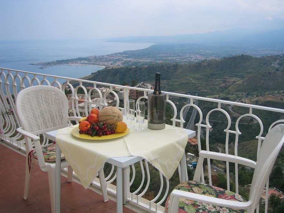 The apartment is located on the 1st floor, it is about 100 square meters and was equipped according to Mediterranean style mostly with marble and stone floors. Due to the south-facing position of the house, the apartment is flooded with light all day long. On balmy evenings you can enjoy the balcony and the view with a good glass of red wine.