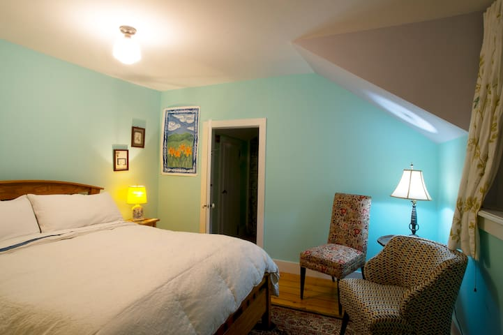 Comfortable Queen bed, line dried cotton sheets,  , variety of pillows, down comforter. Private bathroom. Dead-bolt. South view, large windows, morning sun. Plush towels.