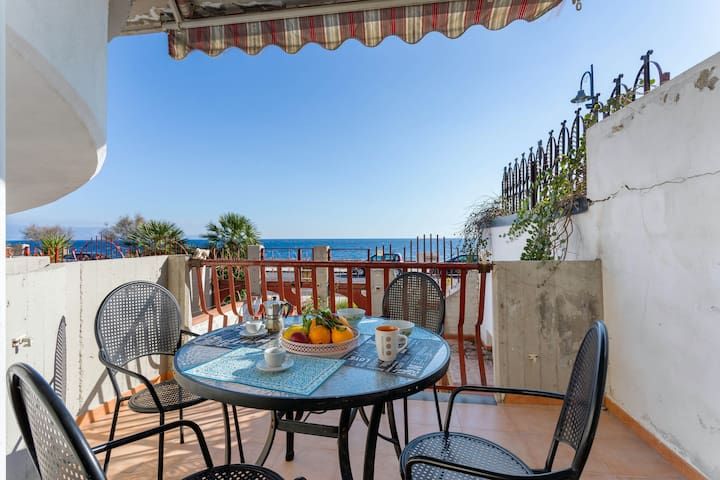 Seaside apartment w/ terrace, beach across the street, dogs welcome!
