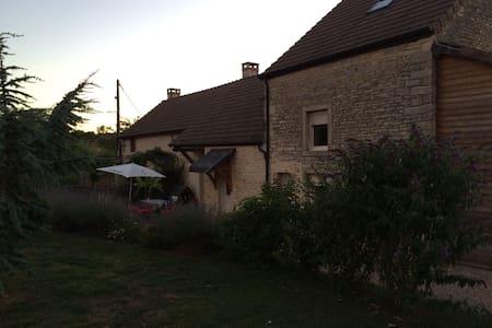 Maison en pierre dans village calme - Demigny - 獨棟