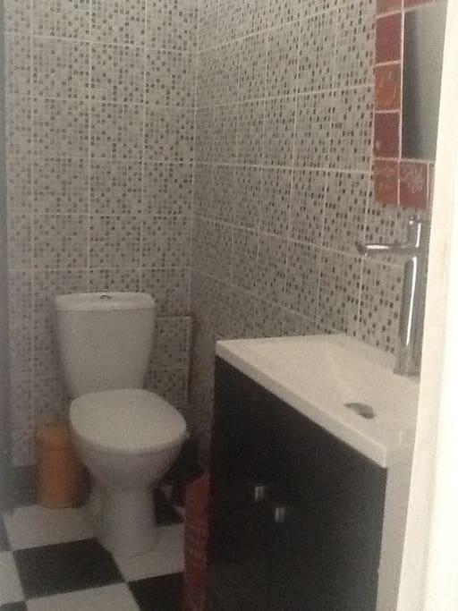 Coin toilette dans la chambre