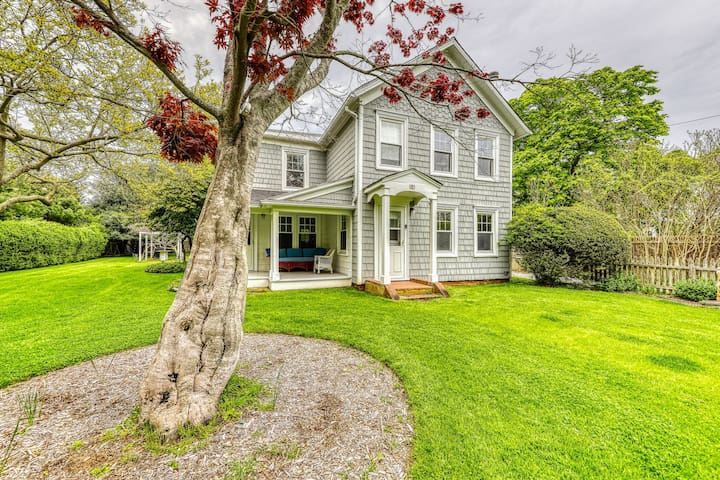 Dog-friendly home w/ an elegant, spacious backyard & blooming foliage