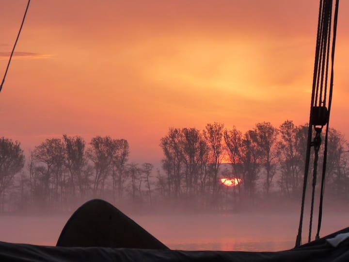 Schip Halve Maan om luxe te kamperen óp het water