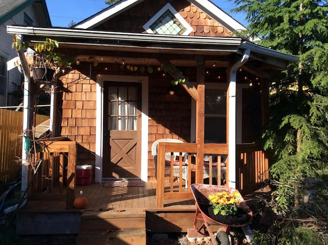Tiny Guest House (B&B-- permit USE2o18oo1o)