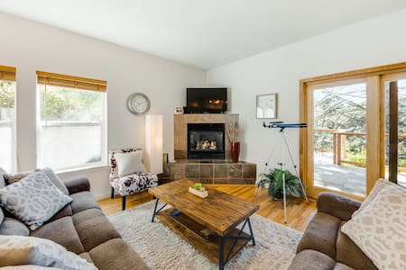 Walk to beach from beautiful home w/views of ocean & Yaquina Lighthouse!