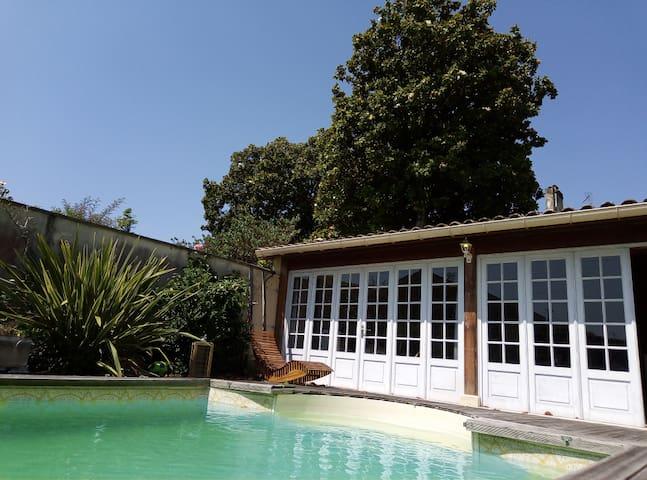 Grand studio de caractère avec terrasse et piscine
