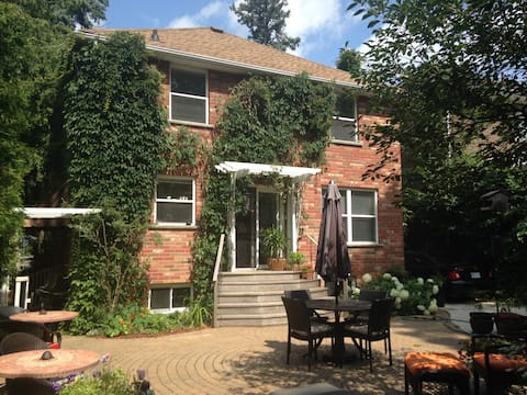 UniversityWest Guest House & Airbnb