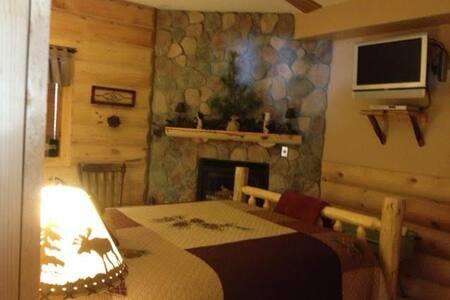 Pine Cone Room - Alma