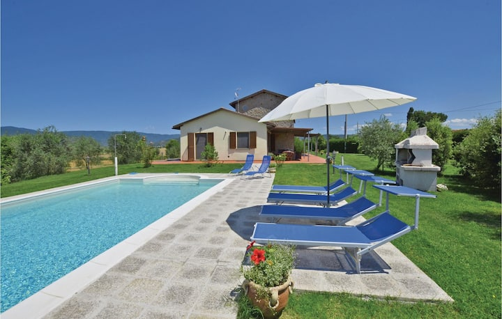 Nice home in Camucia -AR- with 4 Bedrooms