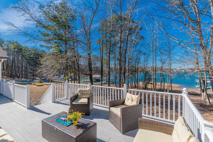 OASIS at Lanier - GORGEOUS Lakefront House Getaway