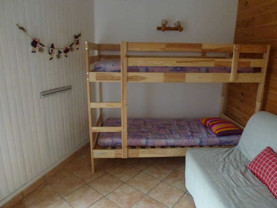 La Chambre : 2 lits en pin + 1 BZ