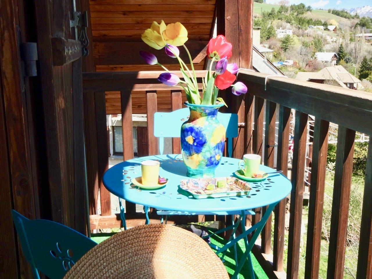 Café le matin sur le balcon
