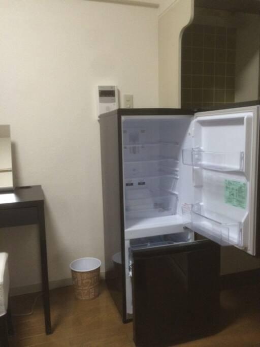 たっぷり大容量の冷蔵庫。下の段は冷凍庫も大きいサイズ。