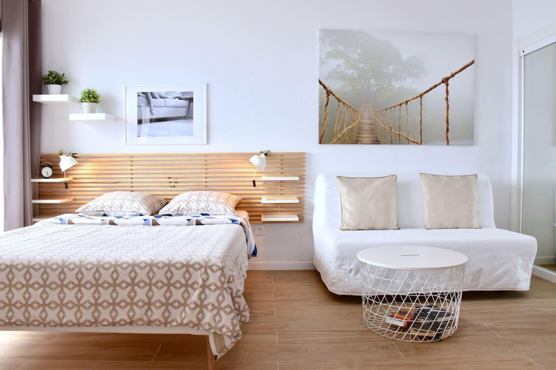 Продуманный до мелочей эргономичный дизайн студии в скандинавском стиле.