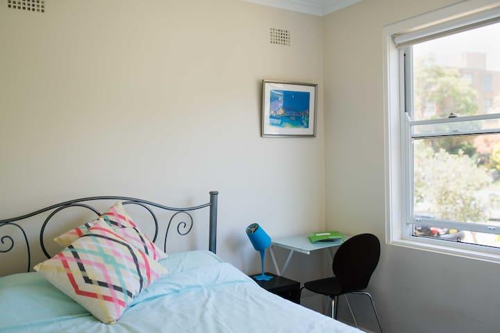 Bright Sunny Room just 7 mins walk from the beach - Mosman - Flat