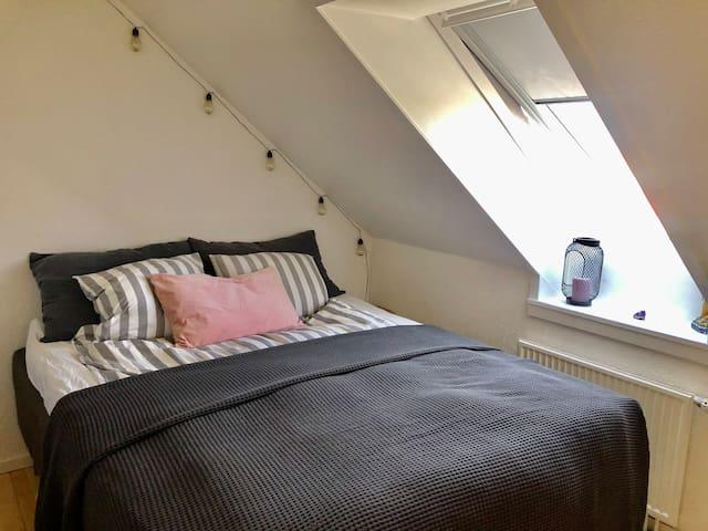 Soveværelse seng 160x200 cm - værelset er delt med skabe med andet værelse med seng der er 120 x 200 cm  Open spilt bedroom with large bed  This room is combined with other small room with bed