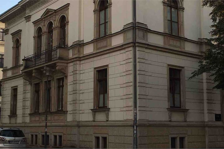 Zimmer mit Bad / Eingang in Waldstraßen-Villa