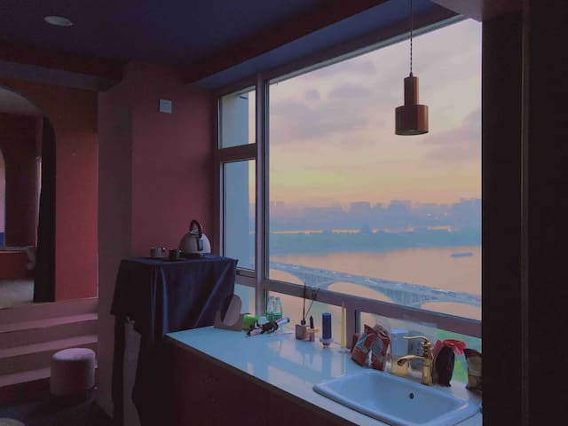 【粉舍·PINNK】贰PLUS *可预定鲜花,惊喜布置*地铁口太平街超大江景窗和江景浴缸的全景房