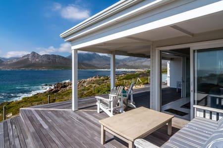 Stunning beach house on the rocks - Huis