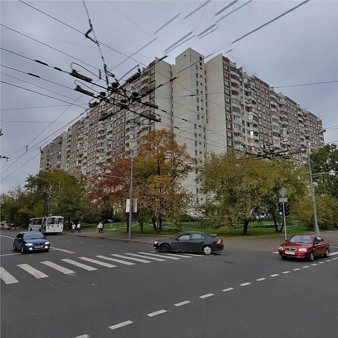 Наш дом расположен на пересечении Новогиреевской ул. и Зеленого проспекта.
