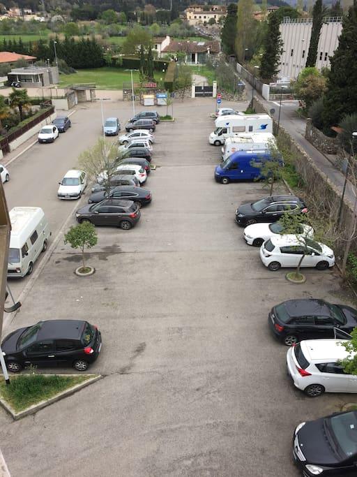 Ampio parcheggio pubblico gratuito