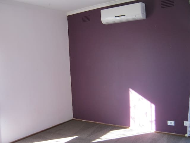 5 min walk to station& super market,aircon,heater
