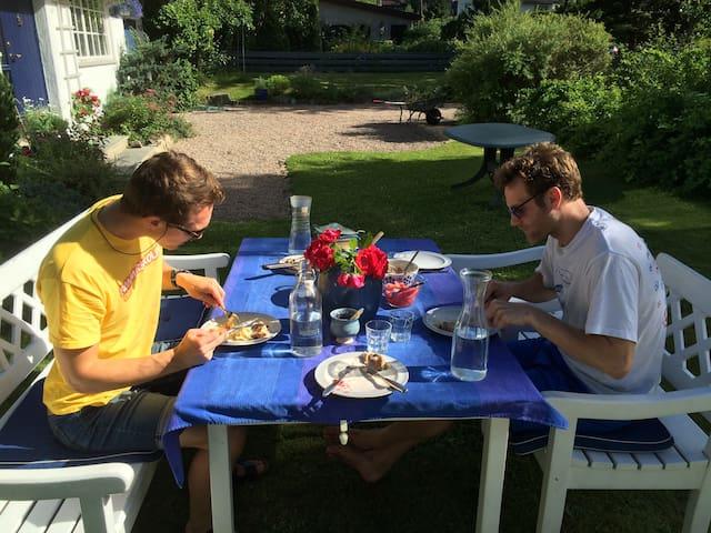 Nyt et måltid i hagen
