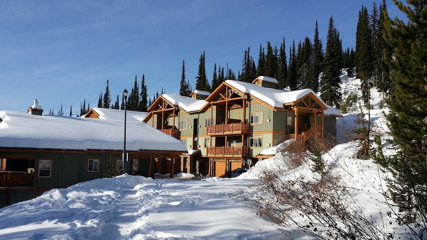 Wonderful getaway on Big White Mountain, sleeps 6