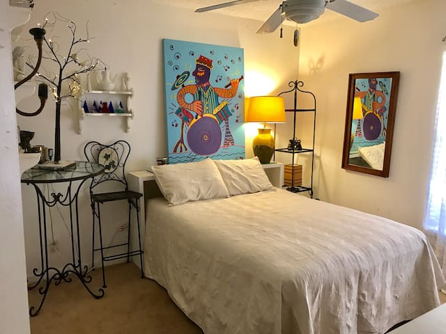 Quiet Bedroom in Cozy Condo - Boca Raton